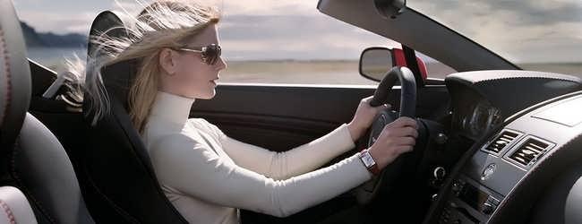 Femeie conducand