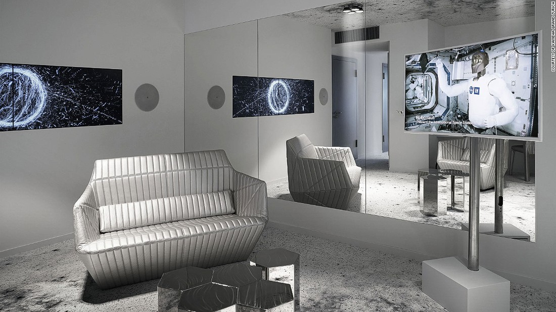 hotel-astronaut